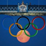 The moon perfectly aligned with the olympic rings:)