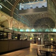 The huge amphitheatre champagne bar at ROH.