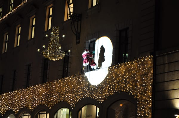 No chimneys in sight, so Santa is rappelling down the building across from the Mittelaltermarkt.