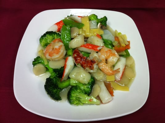 ... shrimp, scallops and crab meat w/ fresh chinese vegetable in white