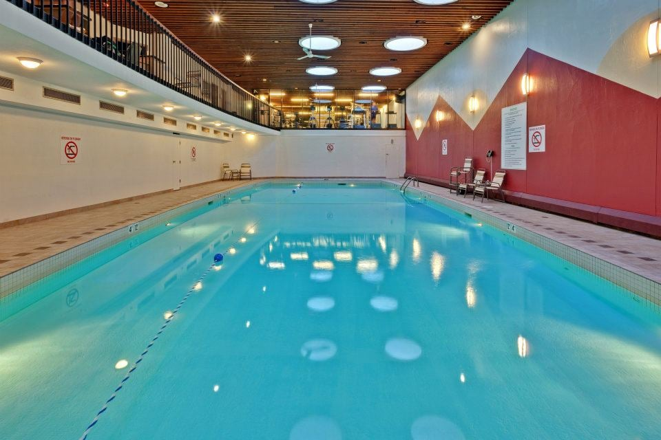 Salt water lap swimming pool holiday inn midtown montreal - Hotels with saltwater swimming pools ...