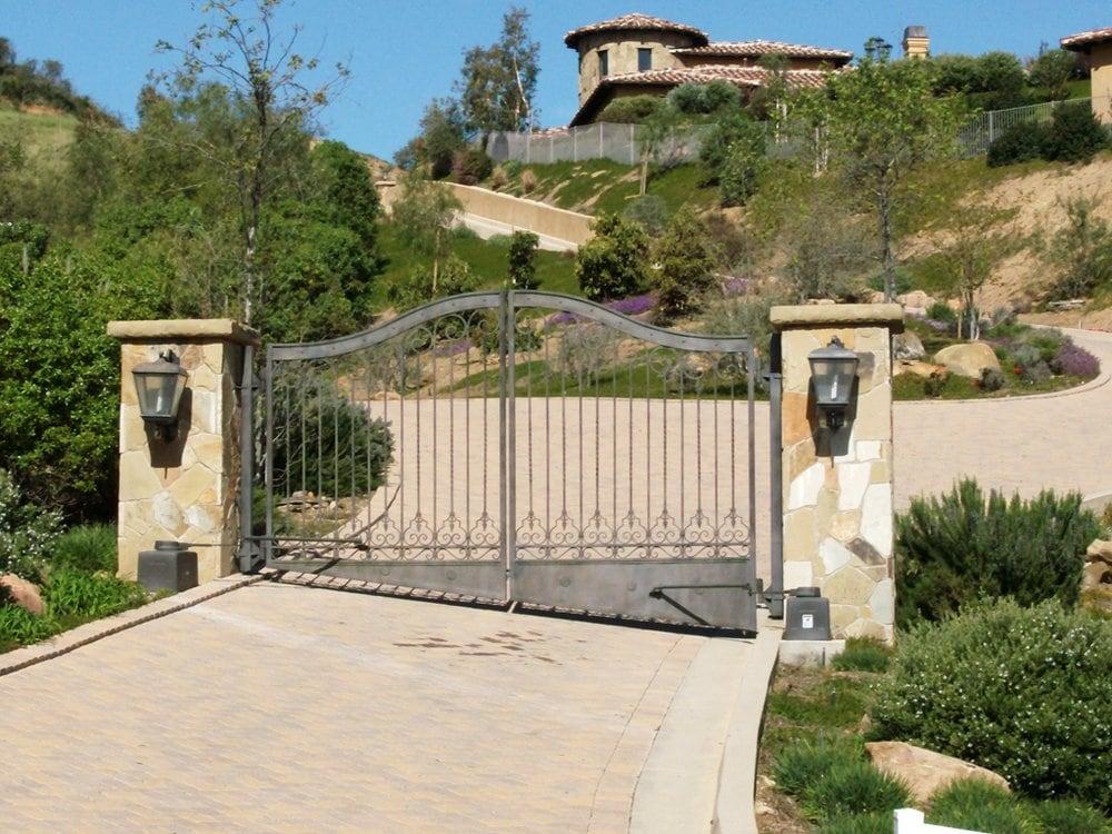 Automatic driveway gate yelp